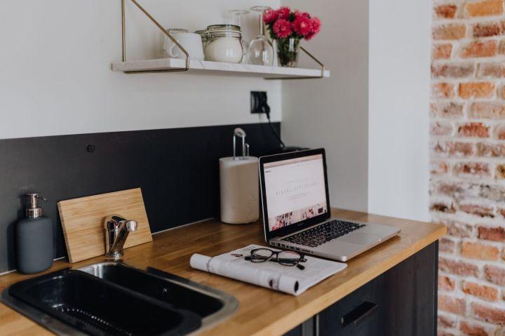 kaboompics_Macbook Laptop in a Kitchen