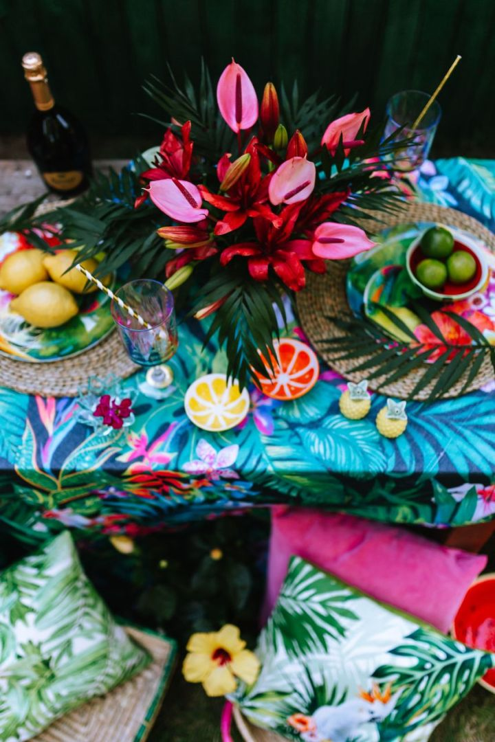 kaboompics_Party Table, Flowers, Lemons, Limes, Drinks, Pillows