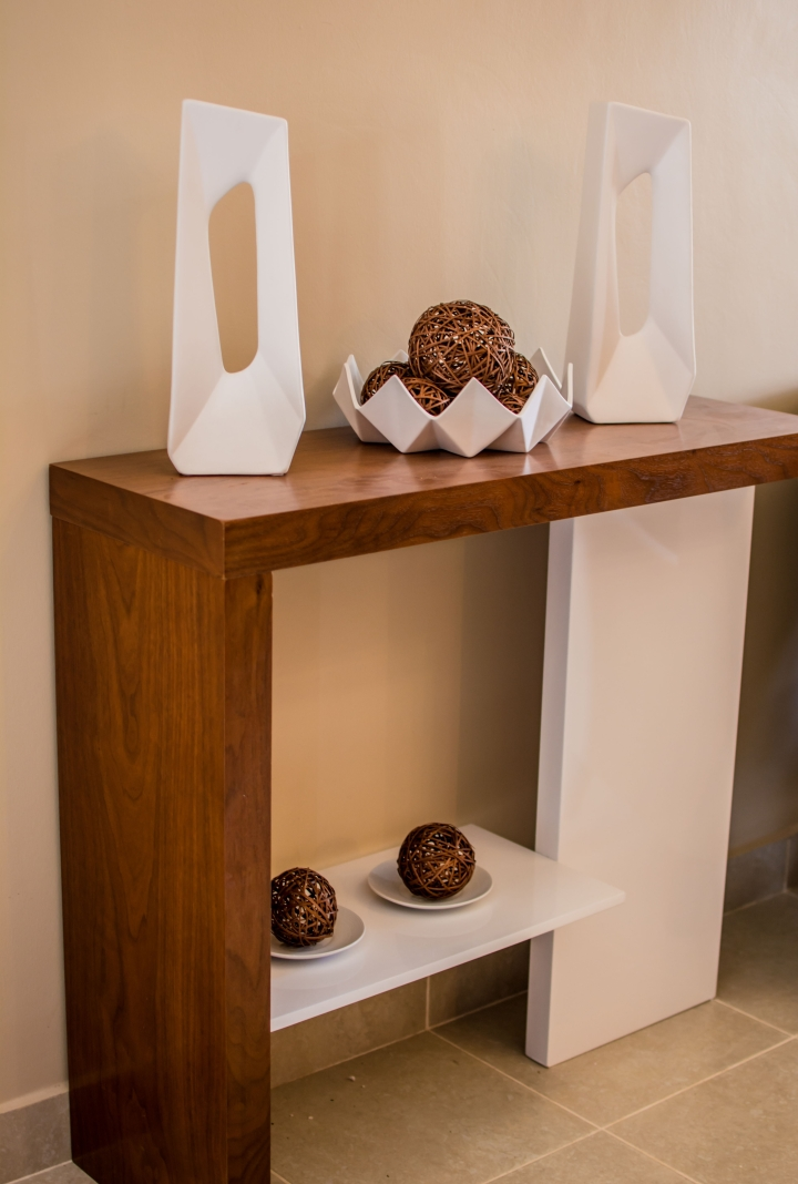 HOW TO DECORATE A CONSOLE TABLE USING SCULPTURES
